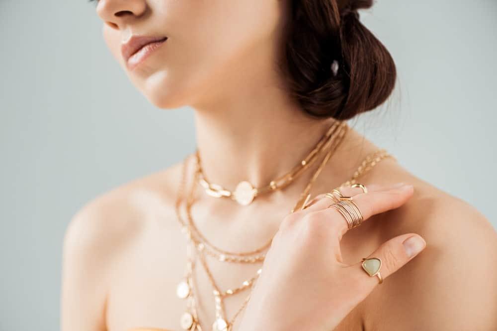 Smykker på ung kvinde