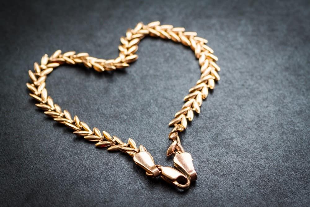 Giv værtinden en flot halskæde af guld som værtindegave